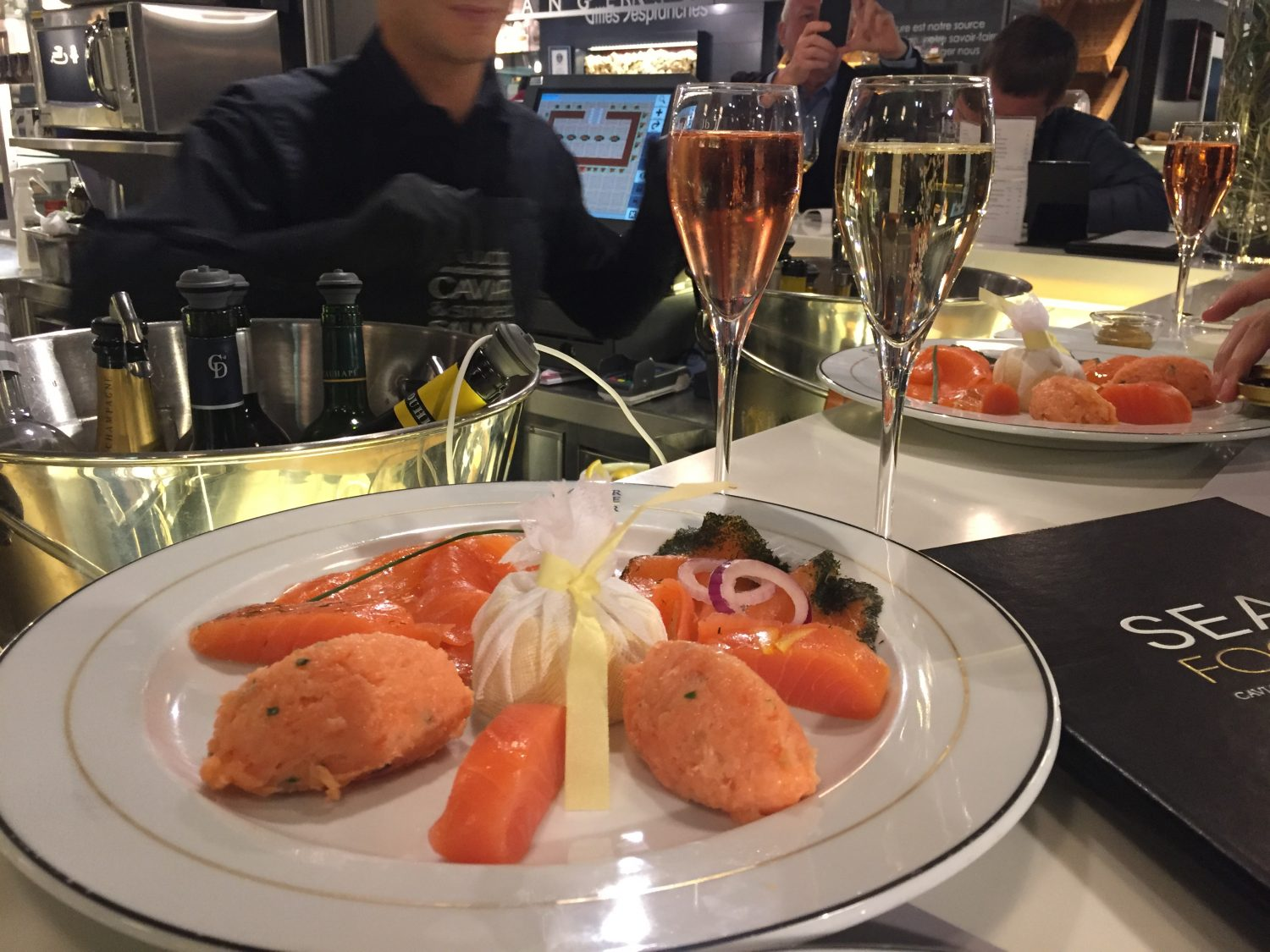 Saumon caviar and champagne au seafood bar caviar house for Ambiance cuisine geneve
