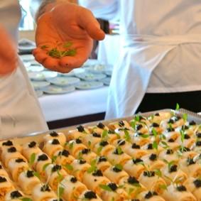 Gourmandise de féra du Léman, petits pois, asperges et homard breton coraillé